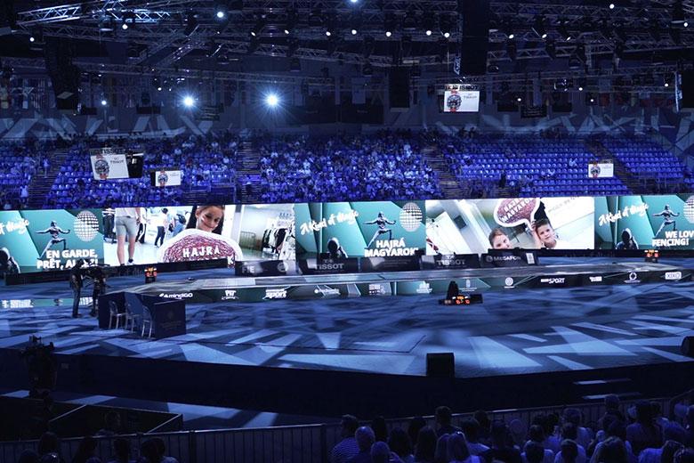 A Seyu rendszerén keresztül küldött szurkolói üzenetek a ledfalakon a budapesti vívó világbajnokságon.